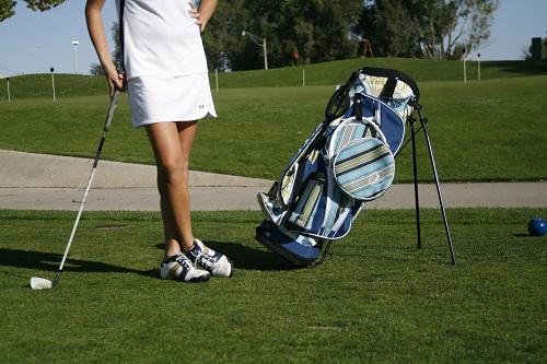 【2019版】ゴルフキャディバッグは【スタンド式】が軽くて練習場でも便利すぎます